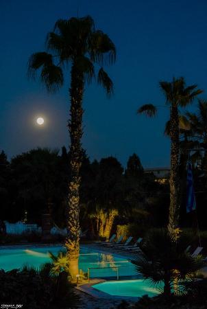 Alexandros & Gerekos Apartments: Full moon
