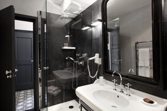 Banne, France: Chambre famille - salle de bain