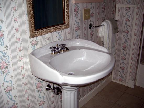 Bar Harbor Castlemaine Inn B&B: Pedestal Sink