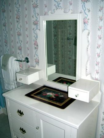 Bar Harbor Castlemaine Inn B&B: Bath Vanity