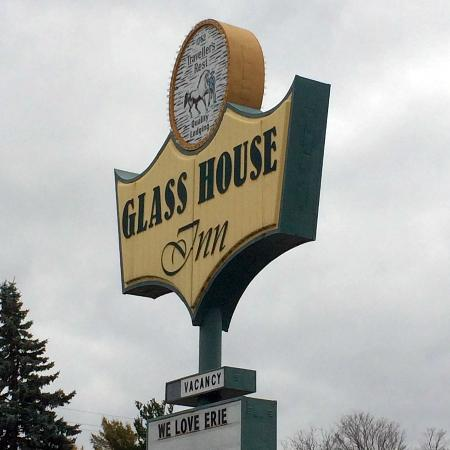 Glass House Inn: sign
