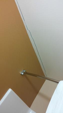 Extended Stay America - Pittsburgh - Carnegie : Ceiling crack in bathroom