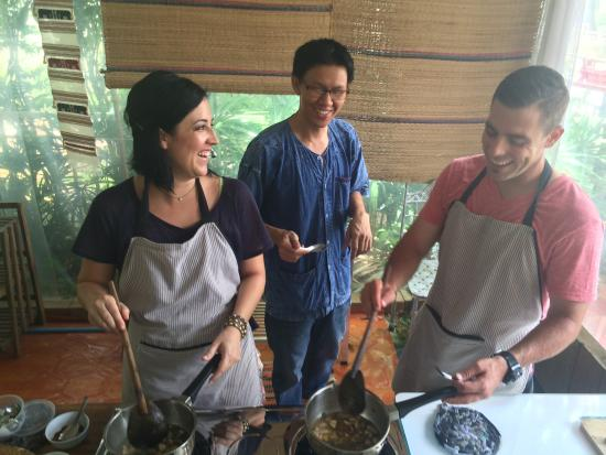 Small House Chiangmai Thai Cooking School: Cooking together