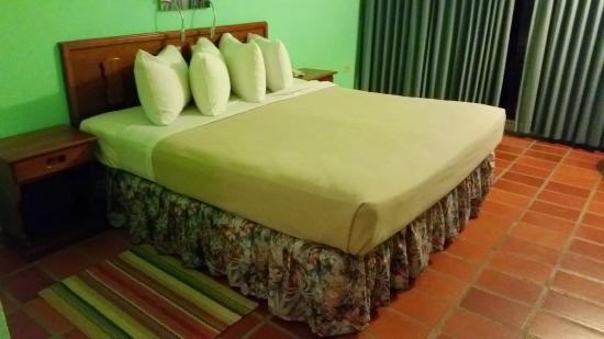 Grafton Beach Resort: king size bed