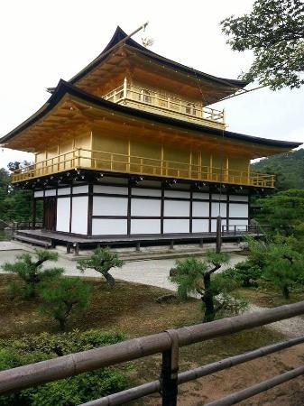 Kinkakuji Temple: 「金閣寺」《ろくおんじ》京都最具代表性的地標建築物 , 被日本政府指定為國寶 , 並於1994年以古京都的歷史遺跡被指定為世界文化遺產 , 在外國人眼中 , 與富士山 , 藝妓並列日本三大典型