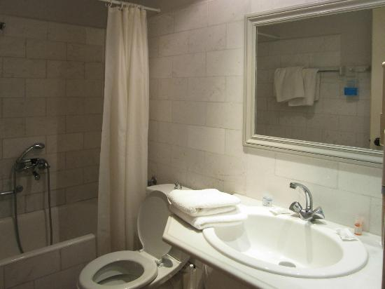 Rose Bay Hotel : bathroom, view from door
