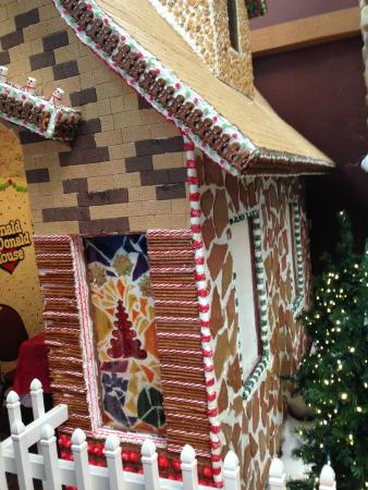 Great Wolf Lodge: Huge Gingerbread house in the lobby!  Really cool!!
