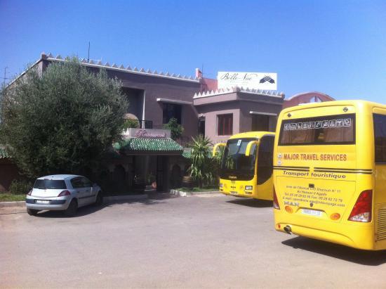 Restaurant Belle Vue: Le parking peut acceuillir jusqu'a 7 bus