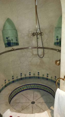 Riad Moucharabieh: shower