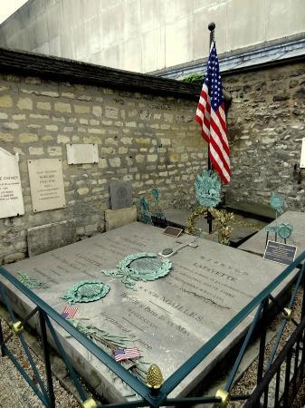 Pictus Cemetery (Cimetiere de Picpus): La tombe de Lafayette.