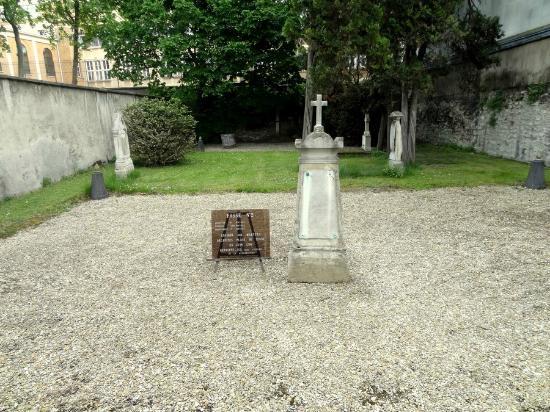 Pictus Cemetery (Cimetiere de Picpus): Des fosses communes de la Révolution !
