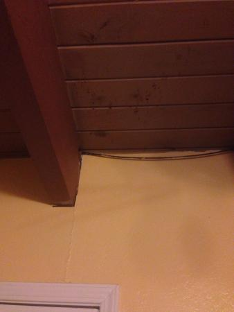 Alpine Inn & Spa : The cracked walls and stained ceiling