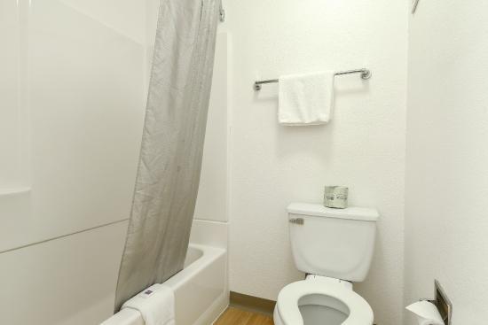 Motel 6 San Diego Hotel Circle- Mission Valley : Bathroom