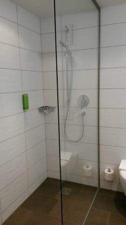Hotel Alpenleben: Linkerkant van badkamer