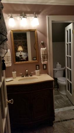 Three Oaks Bed and Breakfast: The bathroom in the Romance Suite