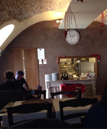 Sala con cucina a vista. - Picture of La Taverna del Borgo ...