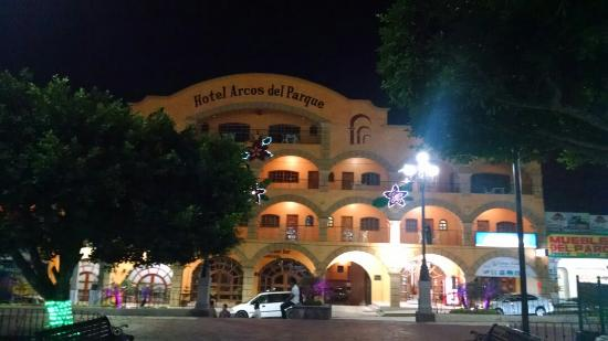 Hotel Arcos del Parque: Fachada de noche