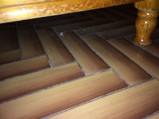 Albergo Stella : Vetro sotto al letto