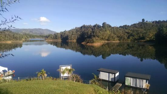 Hotel Pietra Santa: Vista de la represa de Guatapé desde la habitación
