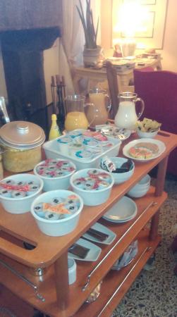 Relais San Lorenzo: Colazione. Carrello delle marmellate, degli yogurt e dei succhi di frutta