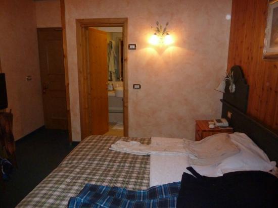 Hotel San Lorenzo: Camera con il letto preparato per la notte (pigiami stesi,...)