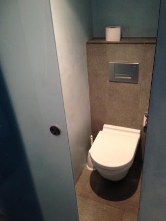 Wc tout petit avec porte vitr e coulissante picture of for Porte coulissante wc
