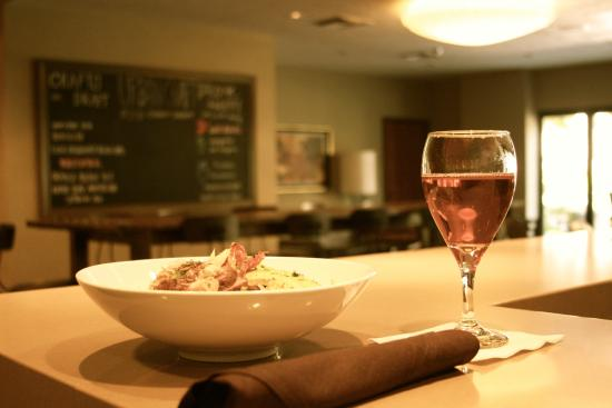 Embassy Suites by Hilton Hotel Phoenix - Tempe: Entree Salad and wine at Urban Craft