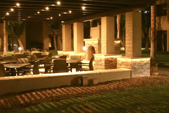 Embassy Suites by Hilton Hotel Phoenix - Tempe: Patio at Twilight