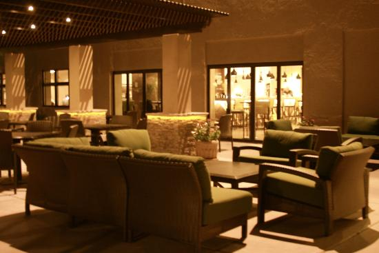 Embassy Suites by Hilton Hotel Phoenix - Tempe: Urban Craft Outdoor Lounge Seating