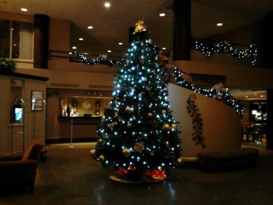 Quality Inn & Suites: Lobby decorated for the Holiday Season