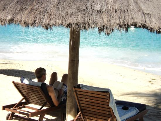 Charlestown, Canouan: Relaxing at the beach