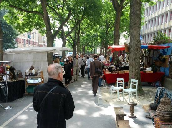 Marché aux Puces de la Porte de Vanves : Parte de antiguidades da feira.