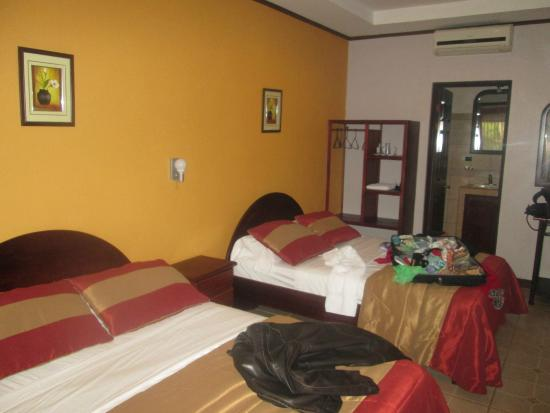 Hotel Robledal: Spacious room, comfortable beds