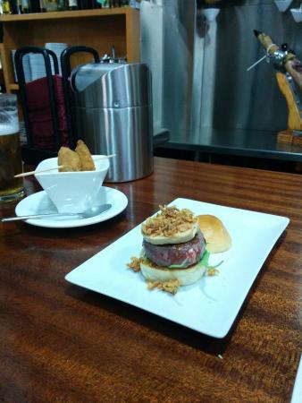 Los Caprichos de Meneses: Mejillones al aire y la exquisita mini hamburguesa de buey