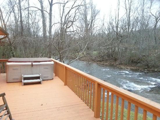 Cosby Creek Cabins: Morning coffee and bubbly creek! Thats relaxing!