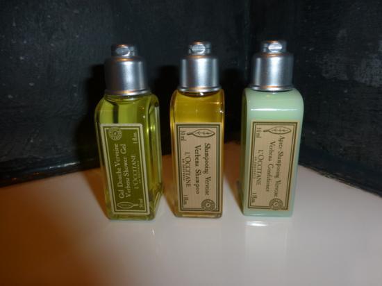 Les 4 Etoiles: bath supplies!!!  nice....