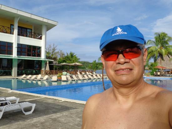 Playa Tortuga Hotel & Beach Resort : Piscina amplia de dos niveles frente al mar