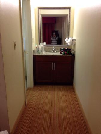 Residence Inn Atlanta Airport North/Virginia Avenue: Sink and bath separate, convenient