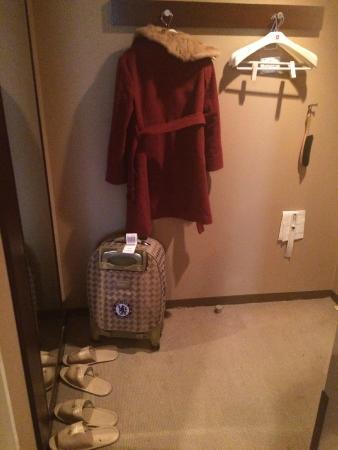 Hotel Sunroute Gotanda: Front door/mirror/coat hangers