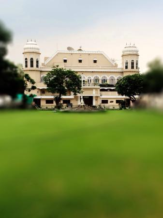 Hotel Gulmor: Hotel Lawns with heritage building