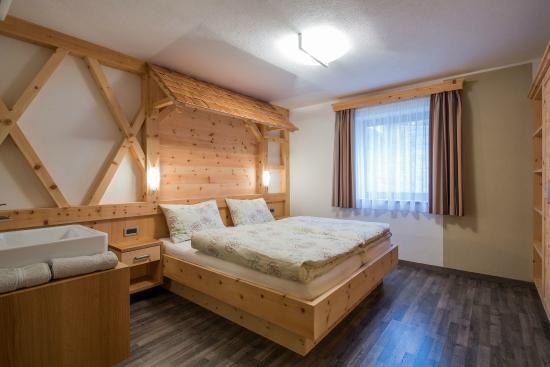 Alpin Apartments Colfosco: Bedroom 1 apartment type -A-