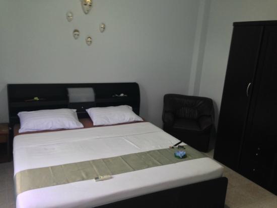 Similan Hotel: chambre lit double,fauteuil,armoire