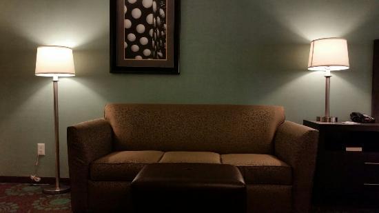 Hampton Inn Bakersfield - Central: Sofa in King Room