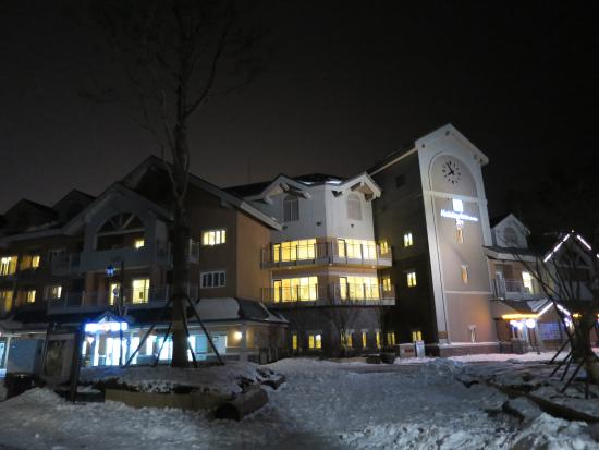 Holiday Inn and Suites Alpensia Pyeongchang Suite: Resort at night