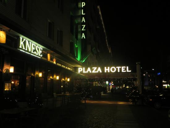 Berlin Plaza Hotel: Front of hotel with tavern