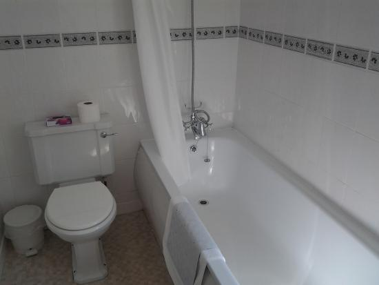 Harbour Lights Guest House: First floor family bathroom
