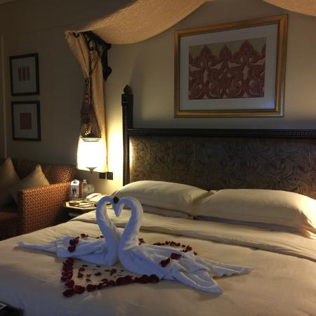 Jumeirah Al Qasr at Madinat Jumeirah : bed decoration on the first night