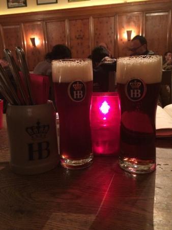 """Hofbräukeller: Два разных темных пива, слева сезонное(из """"прошлой коллекции""""), другое свежесваренное. Есть отли"""