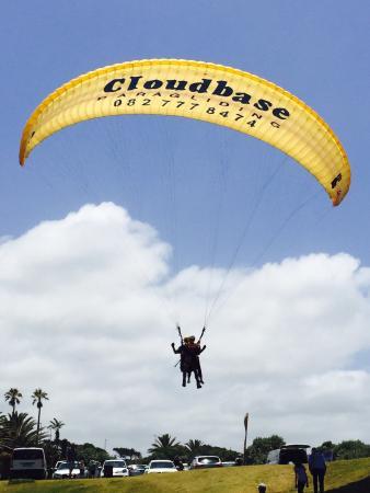 Cloudbase Paragliding: Landing at the views