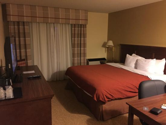 Country Inn & Suites By Carlson, Saskatoon, SK: Queen-size bedroom